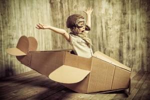 Η φαντασί αείναι μαγική. Πιλότος σε χάρτινο κουτί