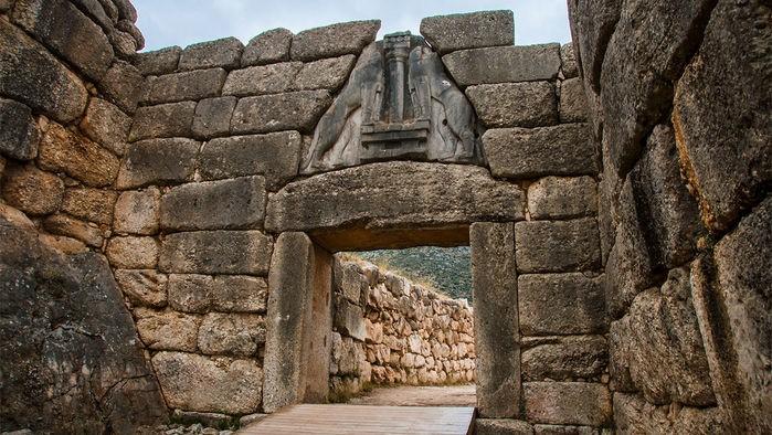 Η Πύλη των Λεόντων ήταν η κύρια έισοδος της Ακρόπολης των Μυκηνών της Εποχής του Χαλκού, το κέντρο του Μυκηναϊκού Πολιτισμού