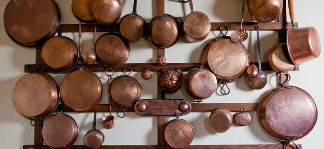 Παραδοσιακά χάλκινα σκεύη στον τοίχο